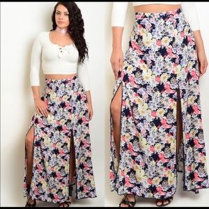 Dresses & Skirts - Sexy floral print maxi skirt with splits. 🌸🌸